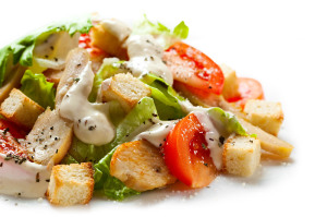 """Как приготовить салат """"цезарь с курицей и помидорами"""""""