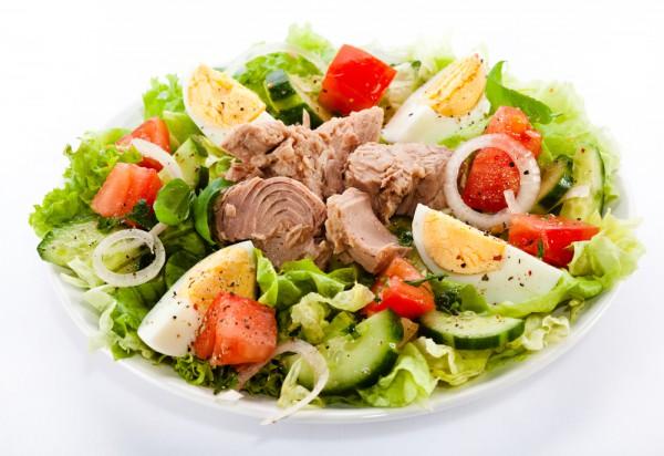 Диетический салат с тунцом: простой рецепт с консервированной рыбой в собственном соку, яйцом, огурцом, как приготовить на ужин худеющим?